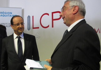 Georges presents the book to M. Hollande.